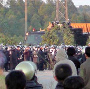 Villagers confront riot police in Wukan, Dec. 11, 2011. Photo: Wikipedia.com